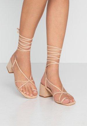 HESSI - Sandály s odděleným palcem - nude