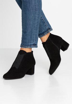 LAOSPAT - Korte laarzen - black