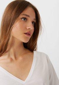 Stradivarius - MIT V-AUSSCHNITT  - T-shirts basic - white - 3