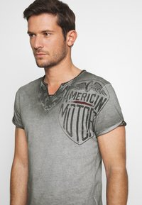 Key Largo - MOTORS BUTTON - Print T-shirt - anthra - 5