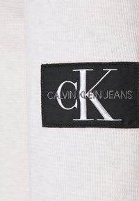 Calvin Klein Jeans - MONOGRAM BADGE WAFFLE - Stickad tröja - beige - 2