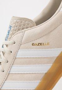 adidas Originals - GAZELLE INDOOR - Sneakersy niskie - core brown/footwear white - 5