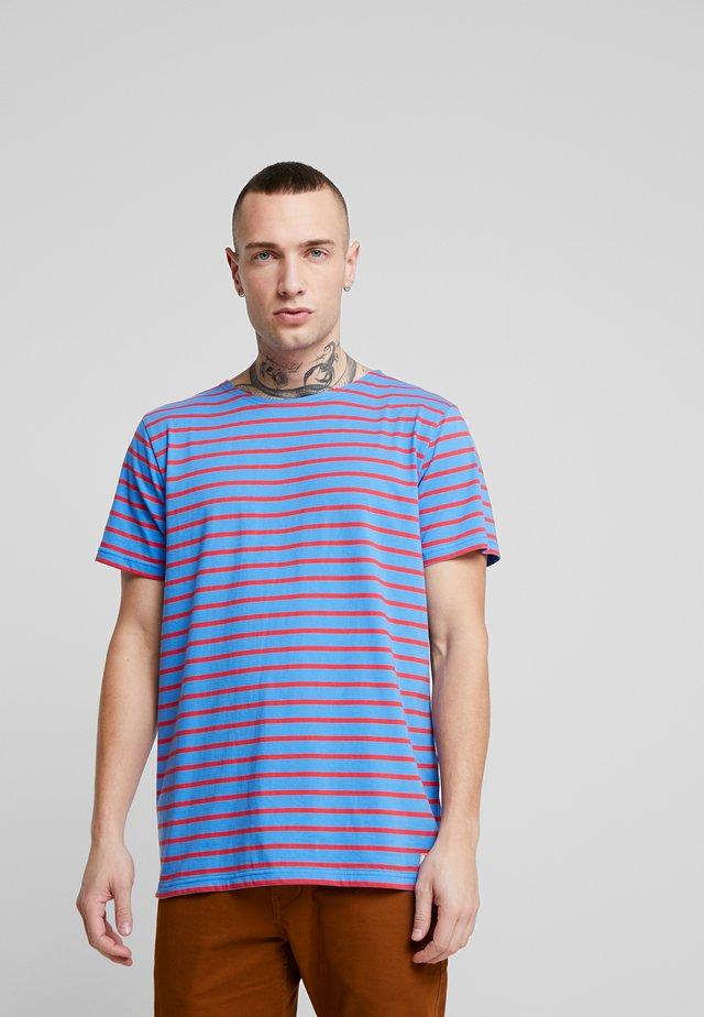 HOËDIC TEE - Print T-shirt - lapis/rouge
