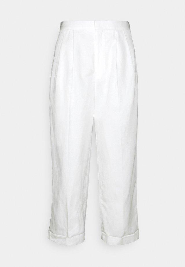 TWO PLEATS WIDE LEG ROLLED UP HEM TROUSERS - Pantalon classique - white