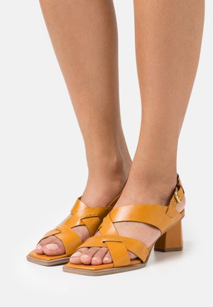 Sandaalit nilkkaremmillä - senape