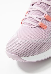 Under Armour - HOVR RISE - Trainings-/Fitnessschuh - pink fog/white/peach plasma - 5