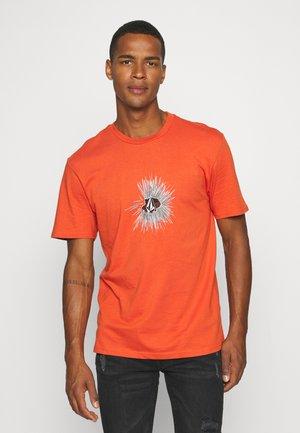 GONY - T-shirt con stampa - burnt ochre