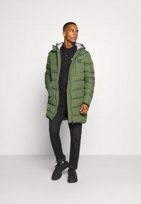 11 DEGREES - LONG LINE CHEVRON PUFFER - Winter coat - forest green - 1