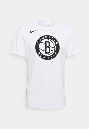 NBA BROOKLYN NETS ESSENTIAL LOGO TEE - Klubbkläder - white