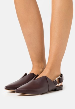 DEANNA  FOLDED POINTY FLAT - Slippers - wine