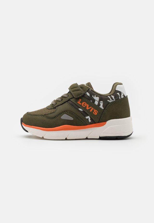 BOSTON CAMO  - Sneakers laag - kahki/orange