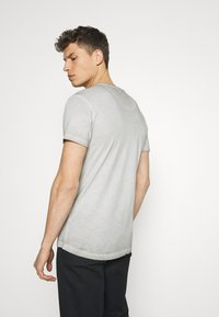 Key Largo - HYPE ROUND - T-shirt con stampa - silver - 2
