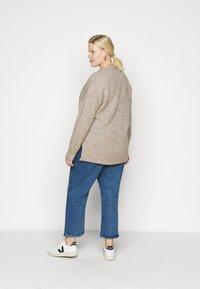 Selected Femme Curve - SLFLISSY SLIT CARDIGAN - Cardigan - sandshell - 2