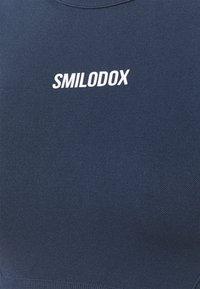 Smilodox - SEAMLESS CROPPED  - Printtipaita - blau - 2