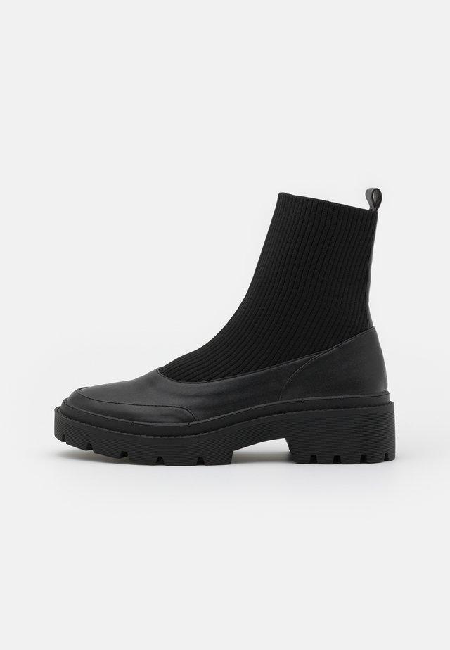 CHELSEA BOOT - Korte laarzen - black