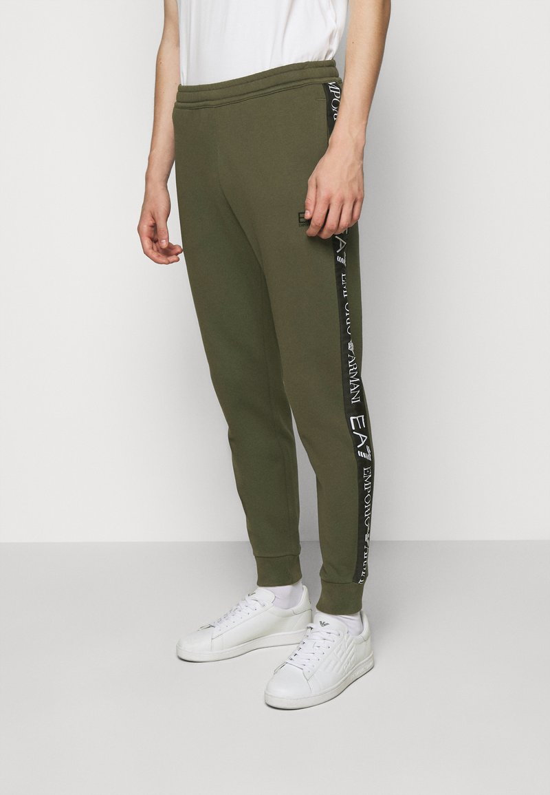 EA7 Emporio Armani - PANTALONI - Trainingsbroek - grape leaf