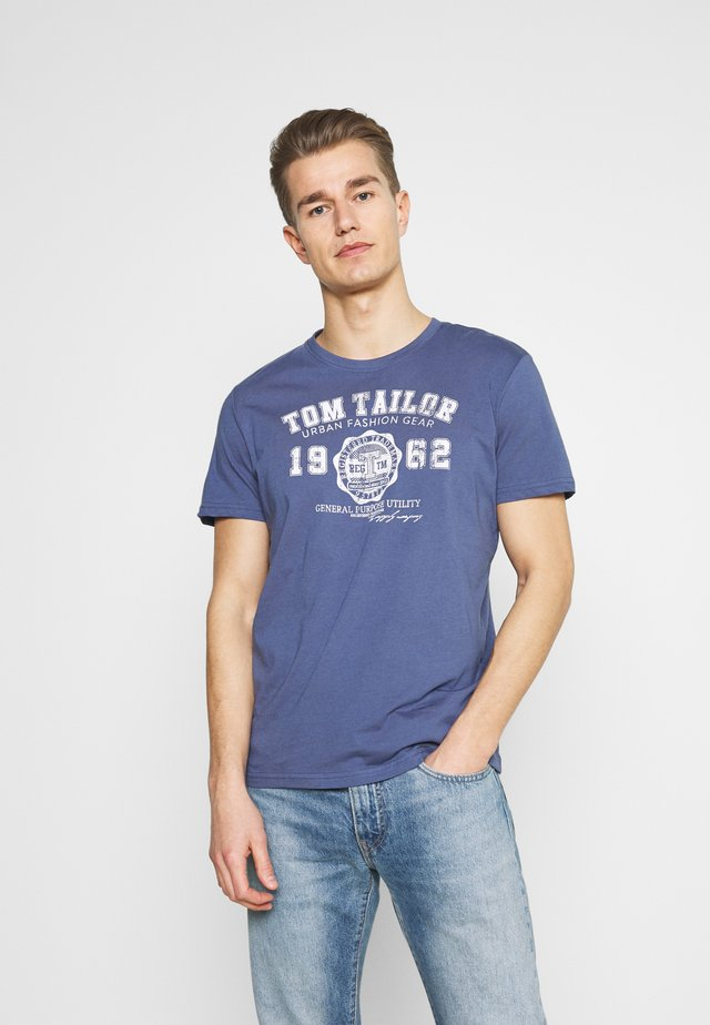 LOGO TEE - T-shirt z nadrukiem - light indigo blue