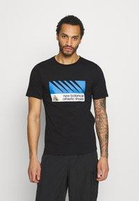 New Balance - ATHLETICS VILLAGE TEE - Print T-shirt - black - 0
