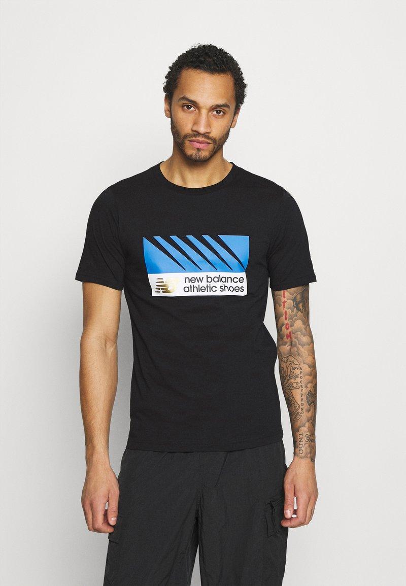 New Balance - ATHLETICS VILLAGE TEE - Print T-shirt - black