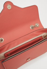 Guess - BELLE ISLE XBODY FLAP - Kabelka - coral - 4