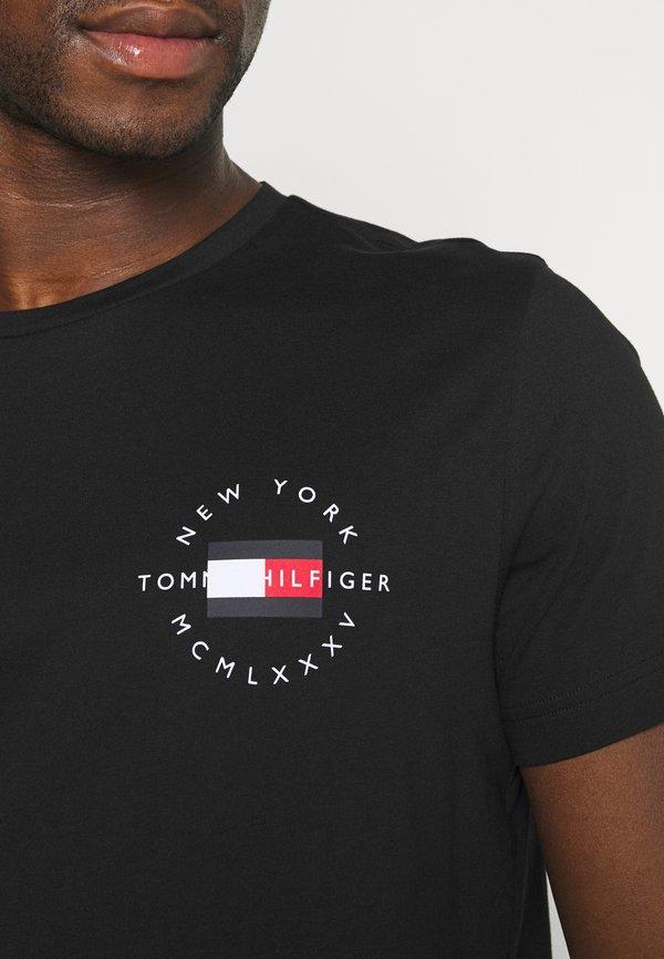 Tommy Hilfiger CIRCLE CHEST TEE - T-shirt z nadrukiem - black/czarny Odzież Męska HOLG