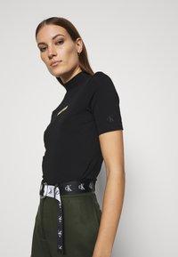 Calvin Klein Jeans - GOLD MICRO LOGO MOCK NECK TEE - Print T-shirt - black - 3