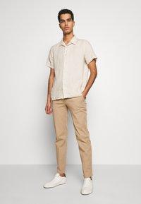 Bruuns Bazaar - DENNIS JOHANSEN PANT - Chino - roasted grey khaki - 1