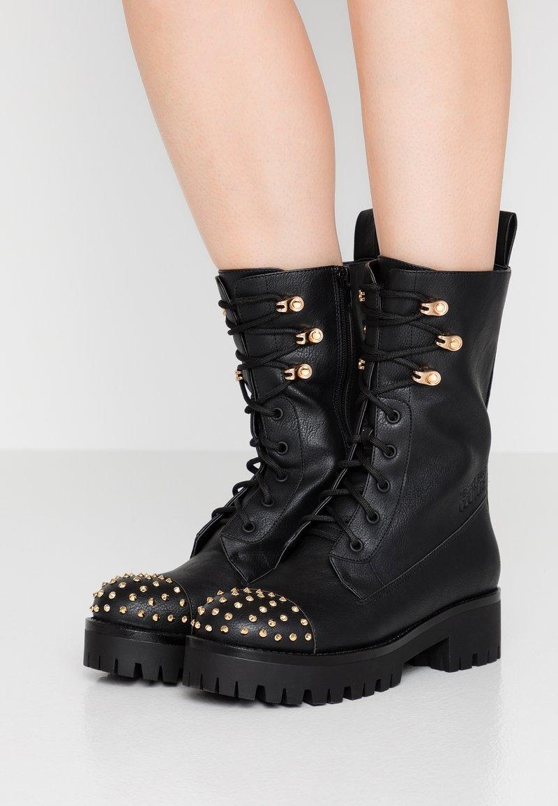 Versace Jeans Couture - Enkellaarsjes met plateauzool - nero