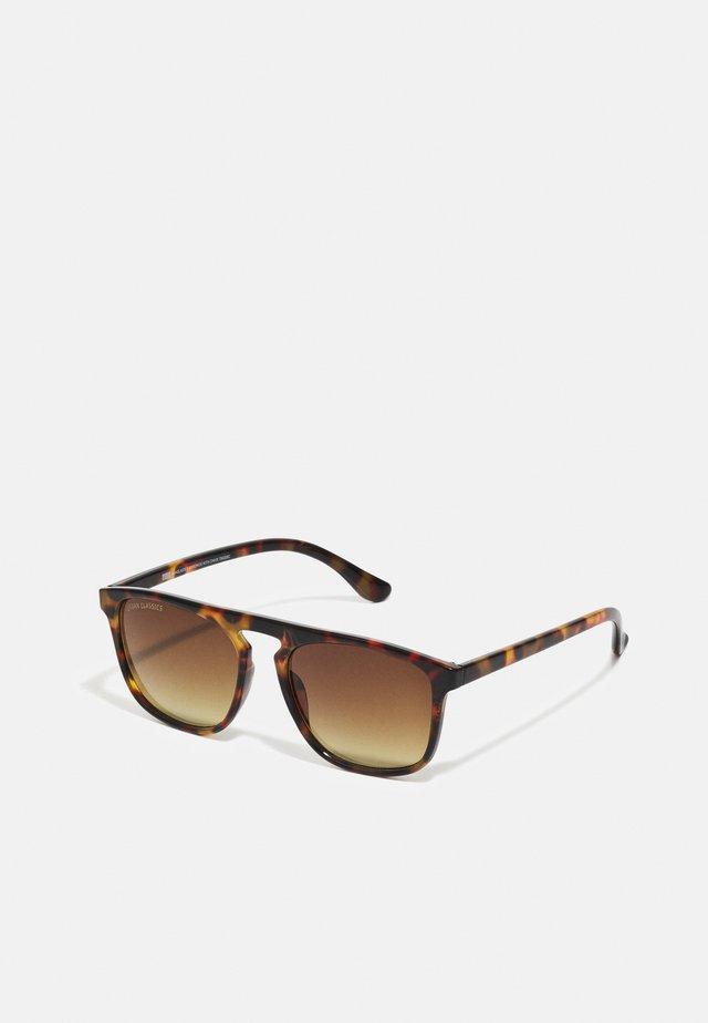 MYKONOS WITH CHAIN UNISEX - Sluneční brýle - brown/gold coloured