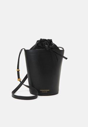 PATTYBUCKET BAG - Taška spříčným popruhem - black