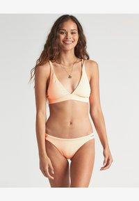 Billabong - UNDER THE SUN - Bikini bottoms - neon peach - 0