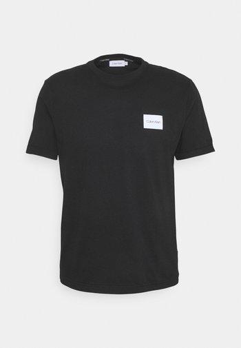 TURN UP LOGO SLEEVE - Basic T-shirt - black