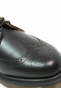 Dr. Martens - 3989 - Zapatos con cordones - schwarz - 5