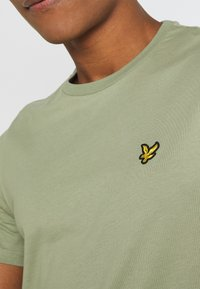 Lyle & Scott - PLAIN - Basic T-shirt - moss