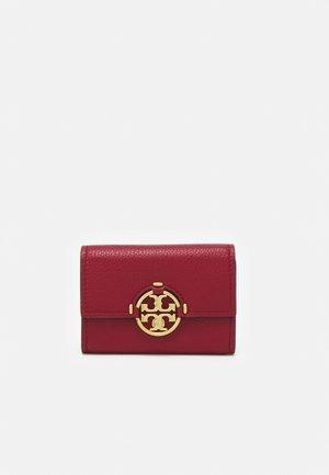 MILLER MINI WALLET - Peněženka - loganberry