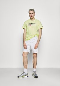 Tommy Jeans - CORP LOGO TEE - Print T-shirt - neon yellow - 1