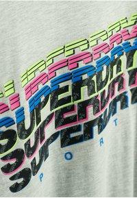Superdry - GRAPHIC - T-shirt z nadrukiem - light grey marl - 2