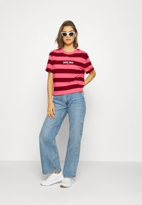 Tommy Jeans - STRIPE LOGO TEE - T-shirt imprimé - glamour pink/wine red - 1