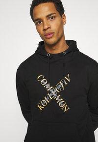 Common Kollectiv - SLASH HOOD UNISEX - Sweatshirt - washed black - 3