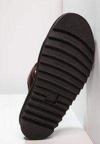 Dr. Martens - MYLES SLIDE - Pantofle - charro brando - 4