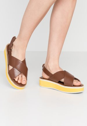 WIDE FIT DIEGO - Sandály na platformě - tan/orange/white