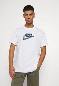 Nike Sportswear - TEE FESTIVAL FUTURA - T-shirt med print - white - 0
