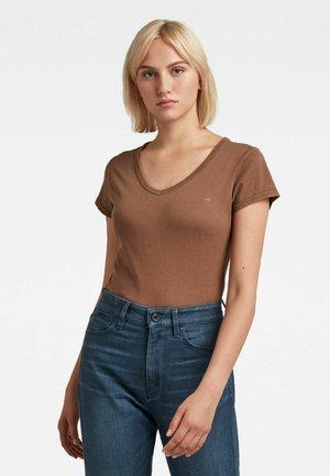 EYBEN SLIM OVERDYED - Basic T-shirt - brown