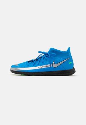 PHANTOM GT CLUB DF IC - Indoor football boots - photo blue/metallic silver/rage green