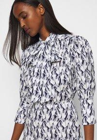 Victoria Victoria Beckham - SCARF NECK SURREAL HANDS TWILL MINI DRESS - Denní šaty - blue - 3
