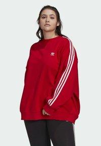 adidas Originals - ADICOLOR ORIGINALS SLIM PULLOVER - Sweatshirt - red - 3