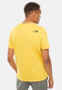 The North Face - M S/S EASY TEE - EU - T-shirt med print - mottled yellow - 1