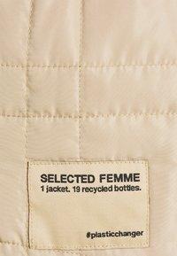 Selected Femme - SLFPLASTIC CHANGE QUILT SPRING JACK - Let jakke / Sommerjakker - taupe - 2