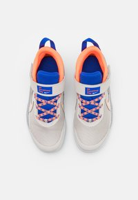 Nike Performance - TEAM HUSTLE D 10 SE UNISEX - Koripallokengät - desert sand/light smoke grey - 3