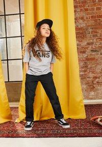 Vans - CLASSIC BOYS - T-shirt print - athletic heather/black - 3